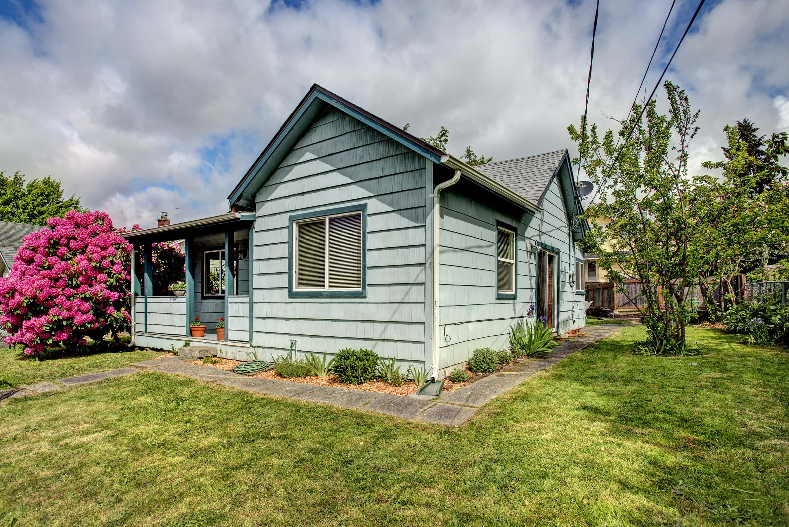 Come check out this adorable garden home in the Heart of Hillman City!