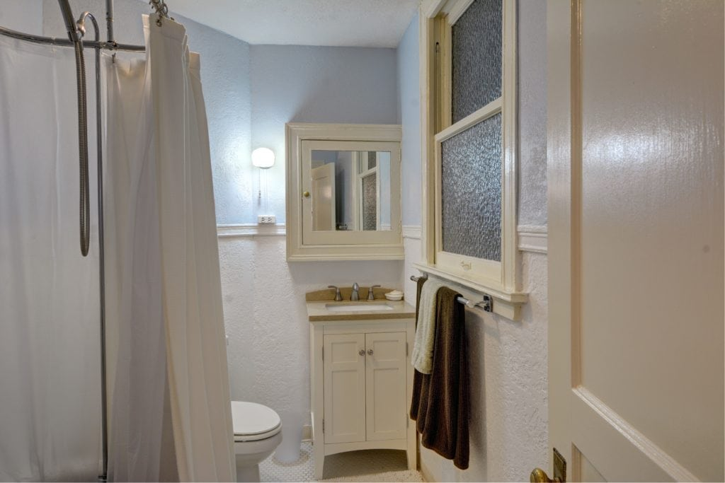 13- bathroom_horiz.jpg