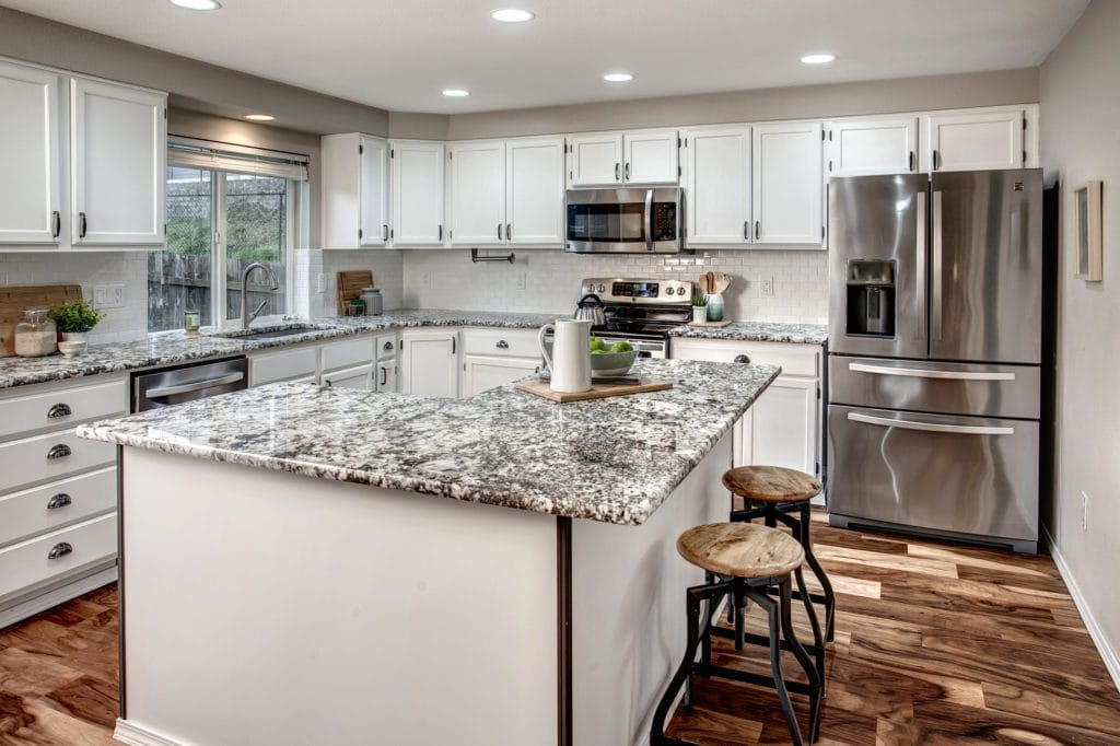Spacious East Hill Kent Home Open Kitchen, Kitchen Island, Stainless Steel Appliances